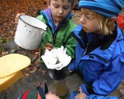 Kinder des Waldkindergartens filtern Wasser