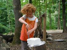 Mädchen bearbeitet einen Stein mit dem Meisel
