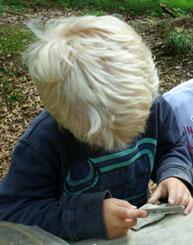 Kind feilt einen Stein