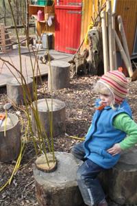Thea hat schon ganz viele Löcher in der Baumscheibe ausgefüllt